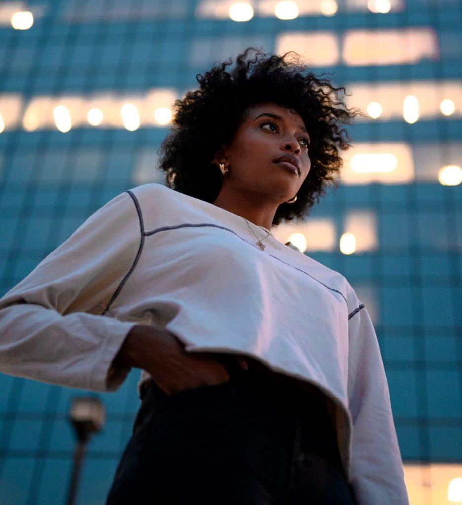 femme avec cheveux afro et main dans la poche