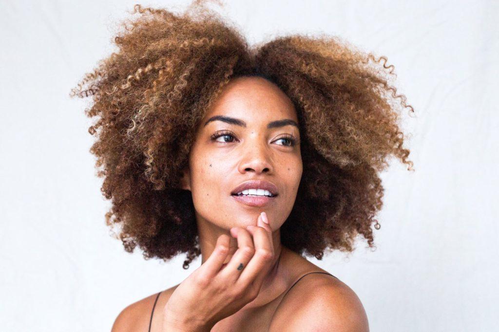 femme avec cheveux détachés